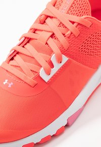 Under Armour - TRIBASE EDGE TRAINER - Sports shoes - beta/halo gray/lipstick - 5