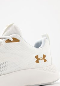 Under Armour - CHARGED - Scarpe da fitness - onyx white/metallic gold luster - 5
