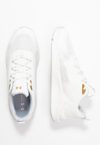 Under Armour - CHARGED - Scarpe da fitness - onyx white/metallic gold luster - 1
