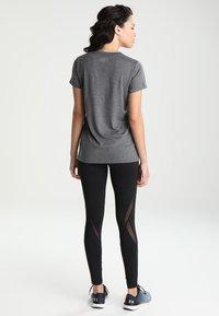 Under Armour - TECH - Basic T-shirt - carbon heather/metallic silver - 2