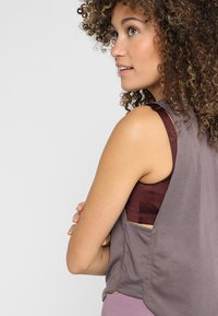 Under Armour - WHISPERLIGHT MUSCLE TANK - Sportshirt - ash taupe/impulse pink - 3
