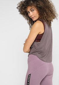 Under Armour - WHISPERLIGHT MUSCLE TANK - Sportshirt - ash taupe/impulse pink - 2