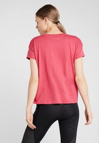 Under Armour - UNSTOPPABLE FASHION GRAPHIC - Basic T-shirt - impulse pink - 2