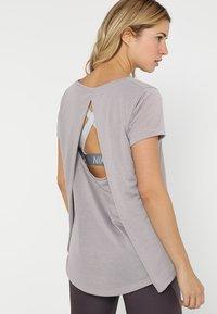 Under Armour - WHISPERLIGHT FOLDOVER - T-shirts med print - tetra gray/tetra gray/tonal - 3