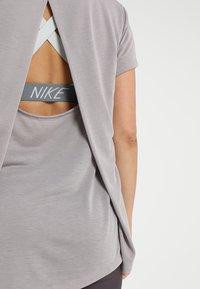 Under Armour - WHISPERLIGHT FOLDOVER - T-shirt print - tetra gray/tetra gray/tonal - 4