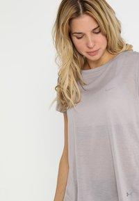 Under Armour - WHISPERLIGHT FOLDOVER - T-shirt print - tetra gray/tetra gray/tonal - 2