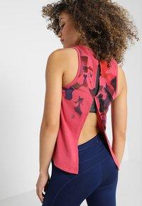 Under Armour - RUN TIE BACK TANK - Treningsskjorter - impulse pink - 0