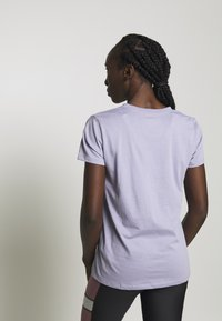 Under Armour - GRAPHIC SPORTSTYLE CLASSIC CREW - Print T-shirt - level purple - 2