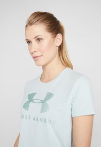 Under Armour - GRAPHIC SPORTSTYLE CLASSIC CREW - T-shirt imprimé - green light heather/onyx white - 4