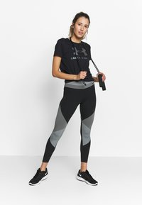 Under Armour - GRAPHIC SPORTSTYLE CLASSIC CREW - T-shirts med print - black/iridescent - 1