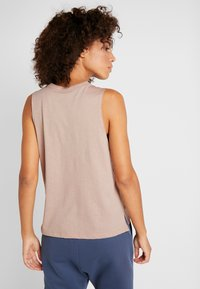Under Armour - GRAPHIC EMPOWER MUSCLE TANK - Koszulka sportowa - blush beige medium heather/black