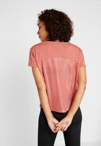 Under Armour - WHISPERLIGHT - Print T-shirt - fractal pink/metallic silver - 2