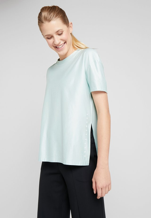 UNSTOPPABLE CIRE SIDE SLIT TUNIC - T-shirt con stampa - green/onyx white