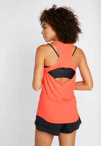 Under Armour - PERPETUAL FITTED TANK - Top - peach plasma/metallic cristal gold