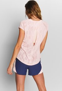 Under Armour - STREAKER SHIFT SHORT SLEEVE - Print T-shirt - peach frost/calla - 2