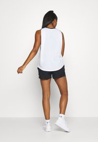 Under Armour - GRAPHIC LIVE - Sports shirt - white/black - 2