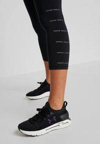 Under Armour - FAVORITE CROP GRAPHIC - Collants - black/onyx white - 4