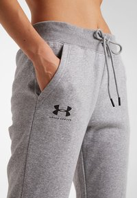 Under Armour - RIVAL SPORTSTYLE GRAPHIC PANT - Teplákové kalhoty - steel medium heather - 4