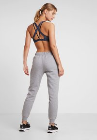 Under Armour - RIVAL SPORTSTYLE GRAPHIC PANT - Teplákové kalhoty - steel medium heather - 2