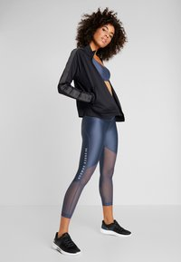 Under Armour - ANKLE CROP GRAPHIC - Tights - downpour gray/metallic silver - 1