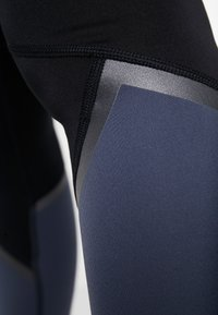 Under Armour - LEGGING GRAPHIC - Punčochy - downpour gray/black/tonal - 5