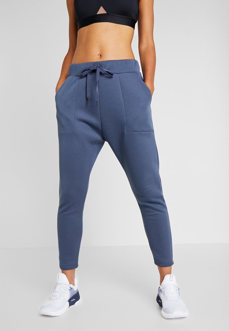 Under Armour - UNSTOPPABLE MOVE LIGHT OPEN HEM PANT - Pantalones deportivos - downpour gray/blue heights