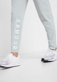 Under Armour - STORM LAUNCH LINKED UP PANT - Trainingsbroek - green/halo gray/reflective - 5
