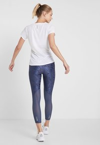 Under Armour - QUALIFIER SPEEDPOCKET SMUDGED CROP - Tights - downpour gray/reflective