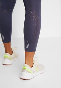 Under Armour - QUALIFIER SPEEDPOCKET PERFORATED ANKLE CROP - Leggings - blue ink - 5