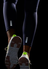 Under Armour - QUALIFIER SPEEDPOCKET PERFORATED ANKLE CROP - Leggings - blue ink - 7