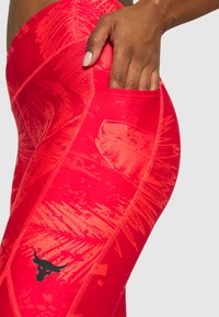Under Armour - PROJECT ROCK PRINTED ANKLE CROP - Leggings - rush red/black - 4
