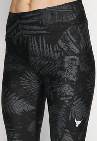 Under Armour - PROJECT ROCK PRINTED ANKLE CROP - Legginsy - black/summit white - 4