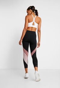 Under Armour - RUSH EMBOSSED SHINE GRAPHIC CROP - Trikoot - black/hushed pink - 2