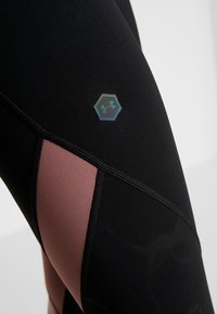Under Armour - RUSH EMBOSSED SHINE GRAPHIC CROP - Legginsy - black/hushed pink - 5