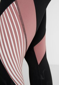 Under Armour - RUSH EMBOSSED SHINE GRAPHIC CROP - Trikoot - black/hushed pink - 3