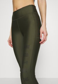 Under Armour - PROJECT ROCK WARRIOR CROP - Legginsy - guardian green/black - 5