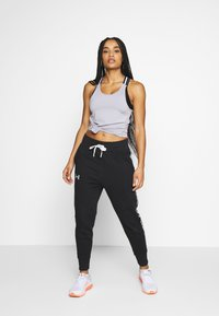 Under Armour - FLEECE PANT TAPED WM - Pantalones deportivos - black/onyx white - 1