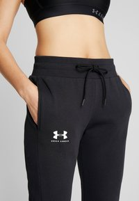Under Armour - RIVAL FLEECE FASHION JOGGER - Verryttelyhousut - black/black/onyx white - 3