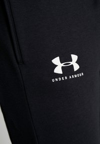Under Armour - RIVAL FLEECE FASHION JOGGER - Verryttelyhousut - black/black/onyx white - 5