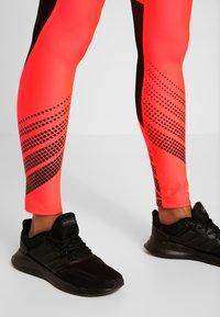 Under Armour - LEGGING - Leggings - beta red/black/metallic silver - 3
