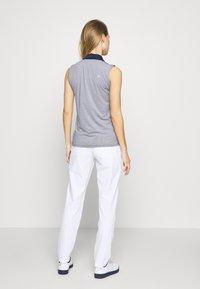 Under Armour - LINKS PANT - Kalhoty - white / mod gray - 2