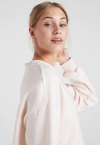 Under Armour - RIVAL GRAPHIC CREW - Mikina - apex pink/medium heather/onyx white - 3