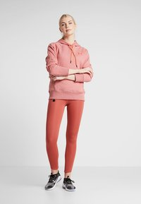 Under Armour - RIVAL LOGO HOODIE NOVELTY - Jersey con capucha - fractal pink medium heather/peach plasma