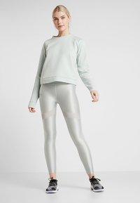 Under Armour - RECOVERY SCRIPT CREW - Sweater - green medium heather/onyx white - 1