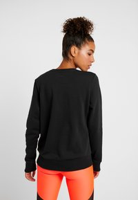 Under Armour - RIVAL SPORTSTYLE GRAPHIC CREW - Sweatshirt - black/beta red - 2