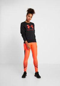 Under Armour - RIVAL SPORTSTYLE GRAPHIC CREW - Sweatshirt - black/beta red - 1