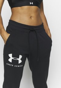 Under Armour - RIVAL SPORTSTYLE GRAPHIC CROP - Pantaloni sportivi - black/onyx white - 4
