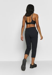 Under Armour - RIVAL SPORTSTYLE GRAPHIC CROP - Pantaloni sportivi - black/onyx white - 2