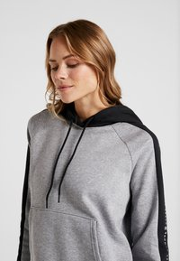 Under Armour - RIVAL GRAPHIC HOODIE NOVELTY - Hoodie - grey - 4