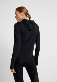 Under Armour - STREAKER LONG SLEEVE HOODIE - Funkční triko - black - 2